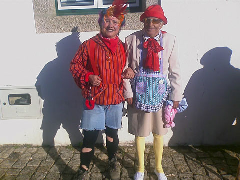 A menina Patrocínia Fernandes (Pachinha Serrana), organizadora do Carnaval e demais Festas da Freguesia, e ele é o meu primo Tonho (o senhor António Manteigas)